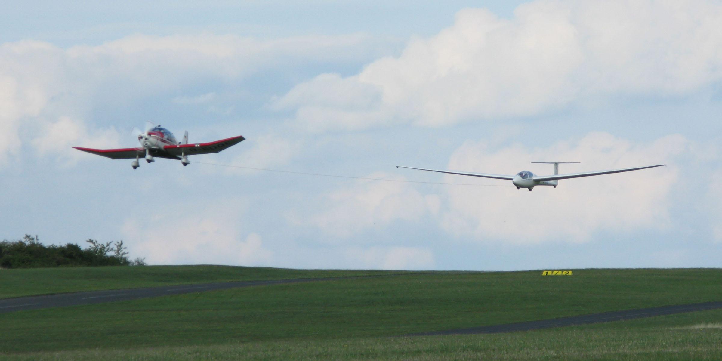 Auf Burg Feuerstein schleppt eine Remo das Segelflugzeug ASK21