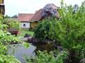 Blick auf den Gartenteich an der Südwestseite vom Haus