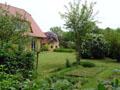 Blick über den Gemüsegarten auf den Garten an der Westseite vom Haus